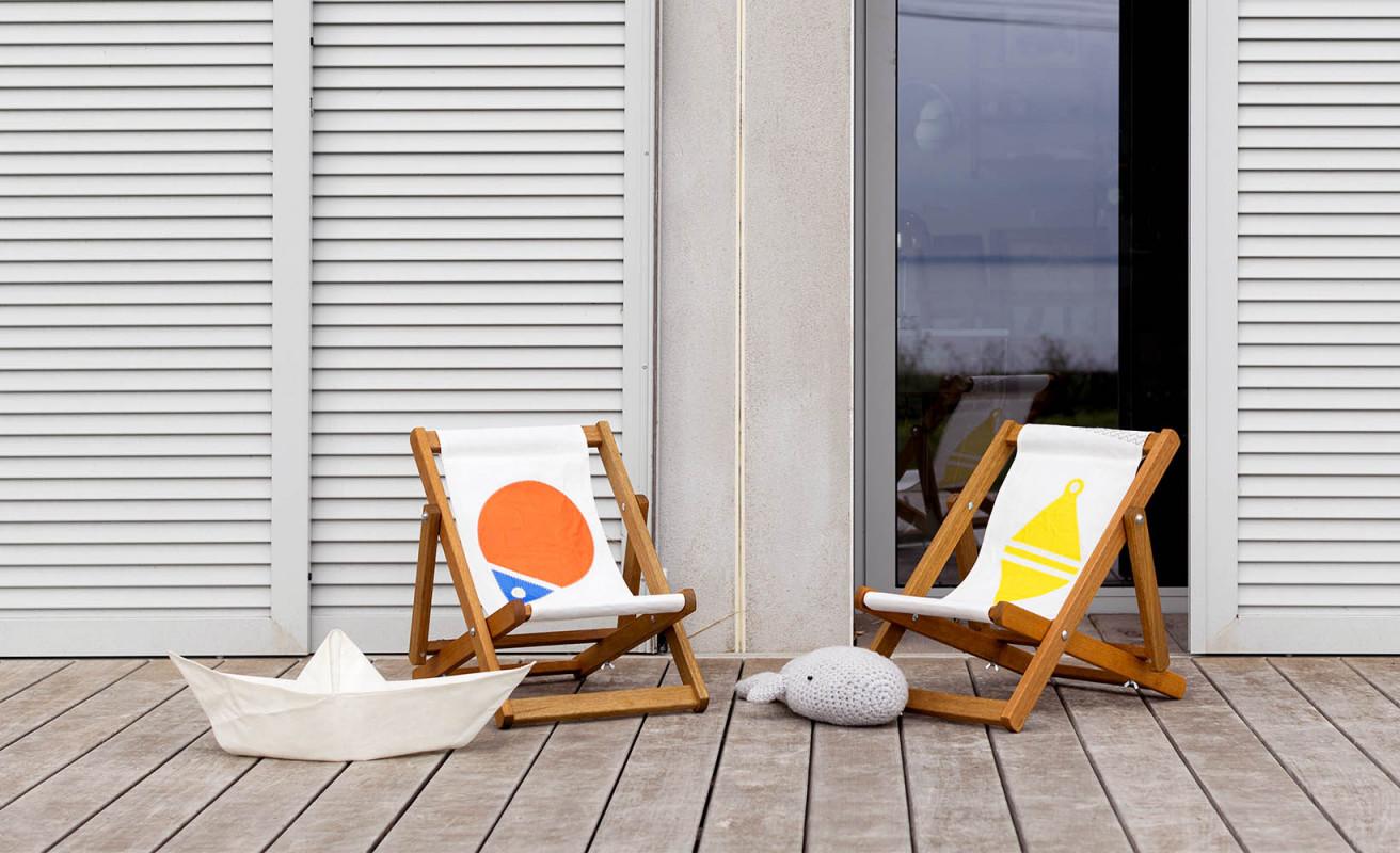 Kinderliegestuhl orange und blau Schwimmring