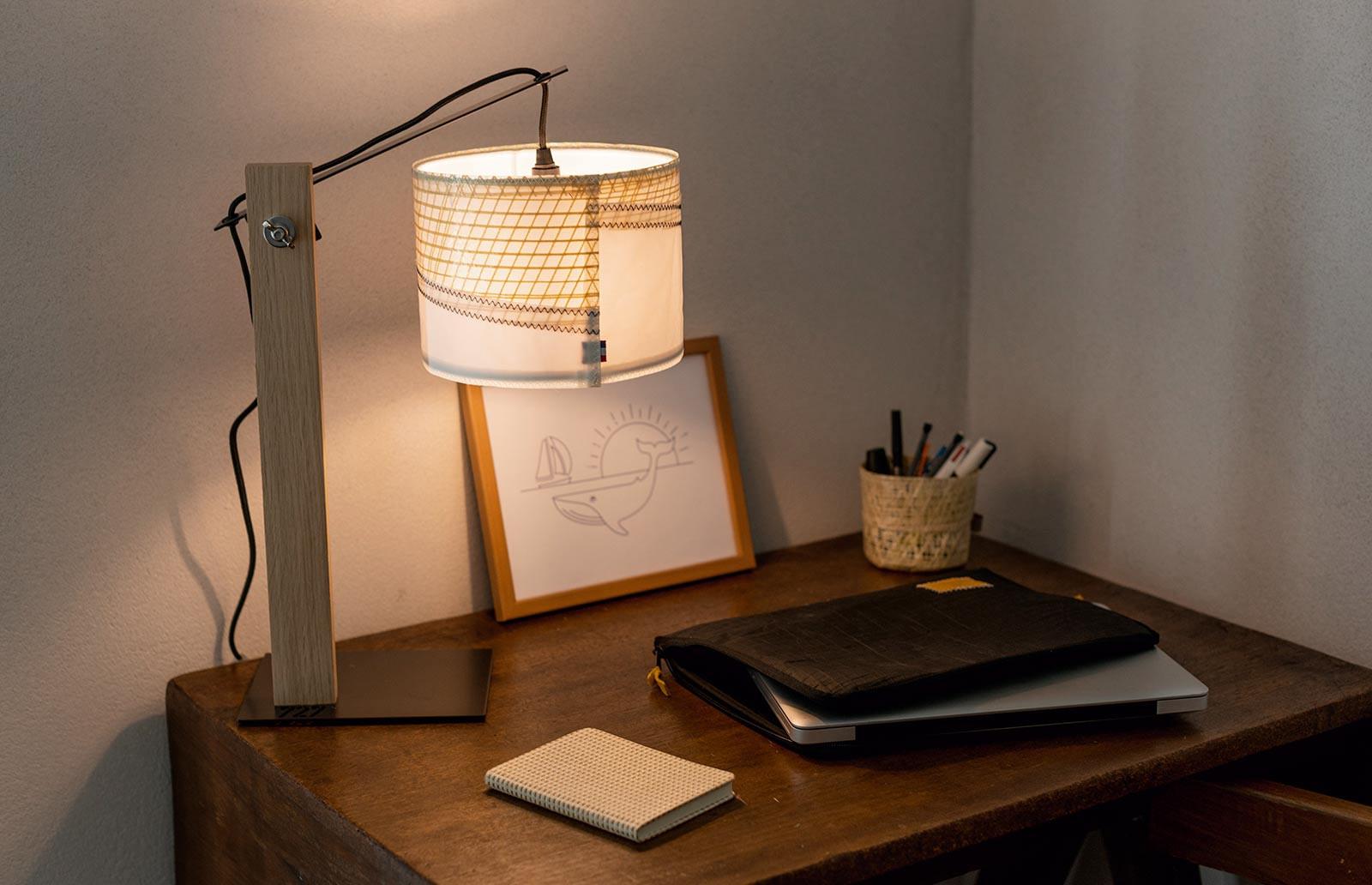 Lampe de bureau recyclée en voile de bateau | 727 Sailbags